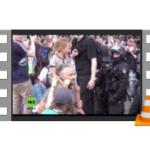 Vater-mit-Kind-Schubser - Berliner Büffel-Polizist durchgeknallt